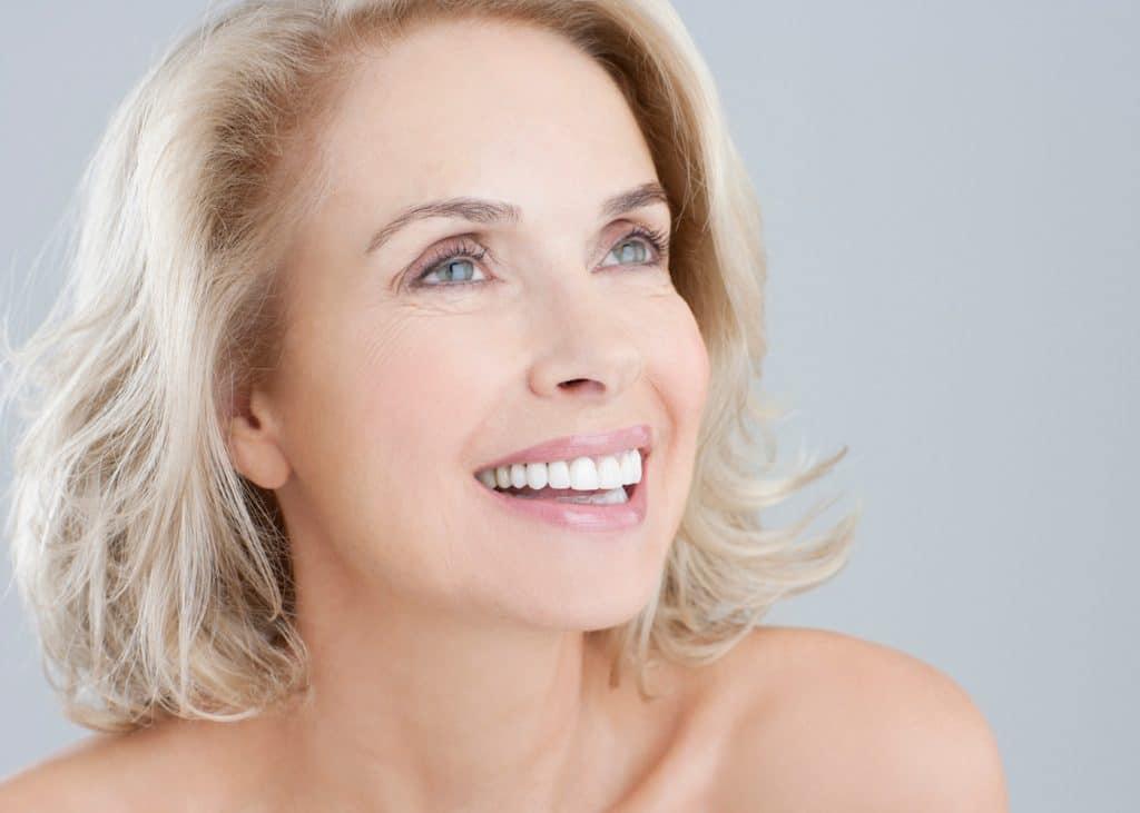 Cat rezista un implant dentar