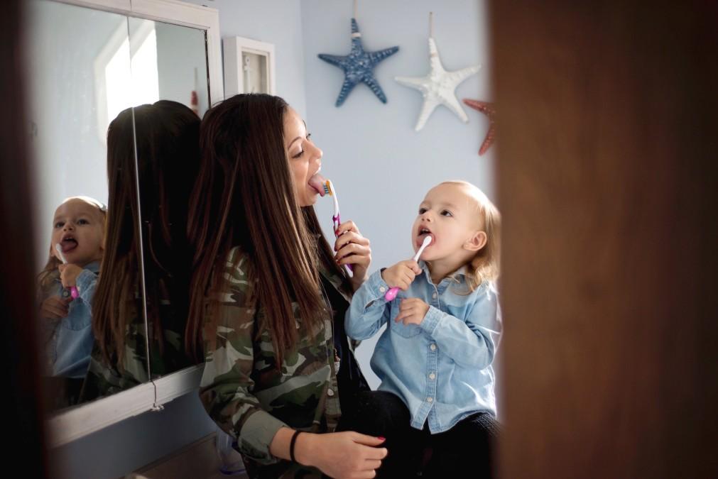 mamă și copii se spală pe dinți